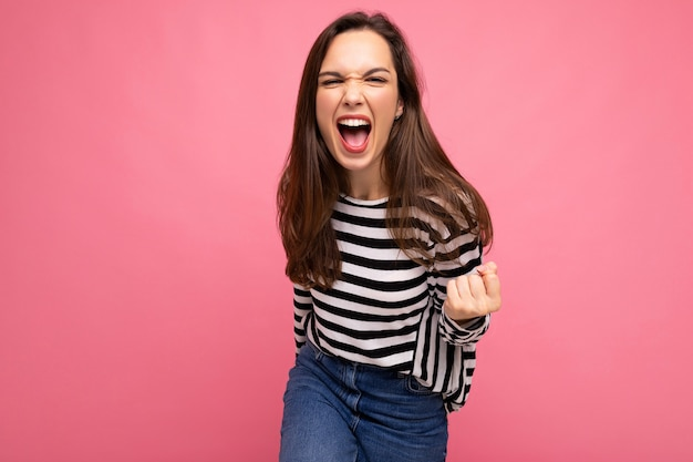 Portrait de jeune femme brune belle heureuse émotionnelle positive avec des émotions sincères portant