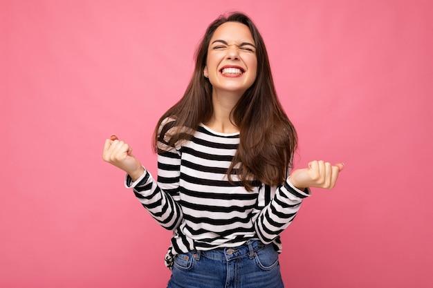 Portrait de jeune femme brune belle heureuse positive avec des émotions sincères portant des vêtements décontractés