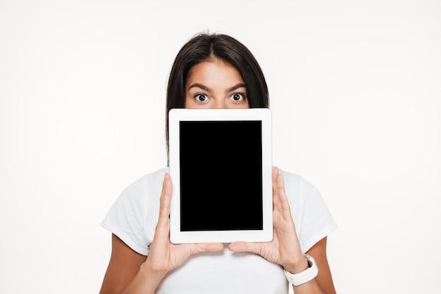 Portrait d'une jeune femme brune couvrant le visage