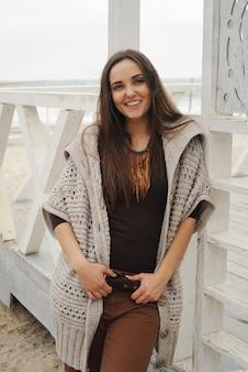 Portrait de jeune femme brune souriante, mode automne