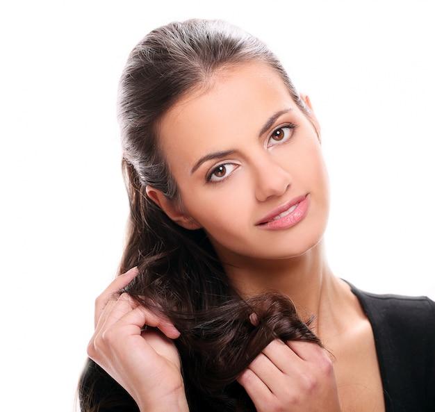 Portrait de jeune femme brune