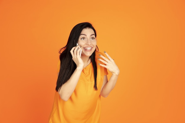 Portrait de jeune femme caucasienne. beau modèle femme brune en chemise. concept d'émotions humaines, expression faciale
