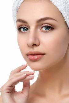 Portrait de jeune femme caucasienne belle toucher son visage isolé. visage nettoyant, peau parfaite. thérapie spa, soins de la peau, cosmétologie