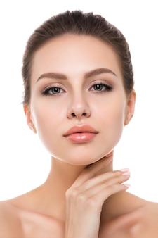 Portrait de jeune femme caucasienne belle toucher son visage isolé
