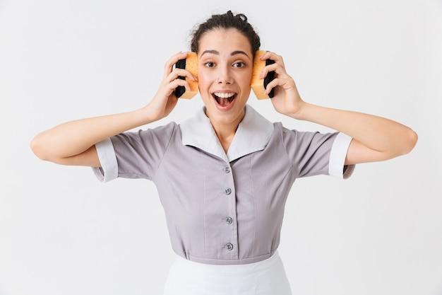 Portrait d'une jeune femme de chambre excitée