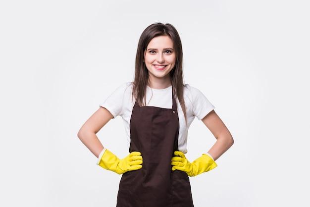 Portrait de jeune femme de chambre tenant un vaporisateur de nettoyage, isolé
