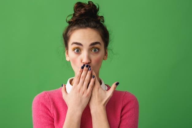 Portrait d'une jeune femme choquée debout isolé