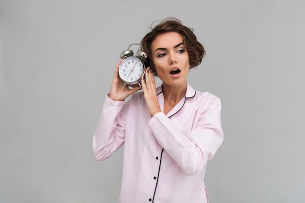 Portrait d'une jeune femme choquée en pyjama