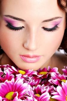 Portrait de jeune femme avec chrysanthème. traitement de spa.