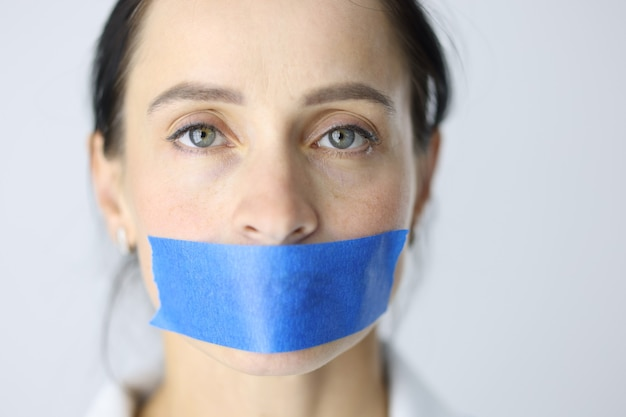 Portrait de jeune femme avec le concept de silence féminin bouche scellée