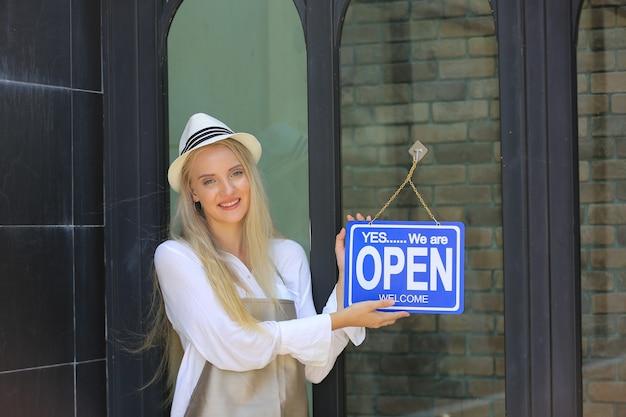 Portrait d'une jeune femme confiante, propriétaire d'un café pour petites entreprises