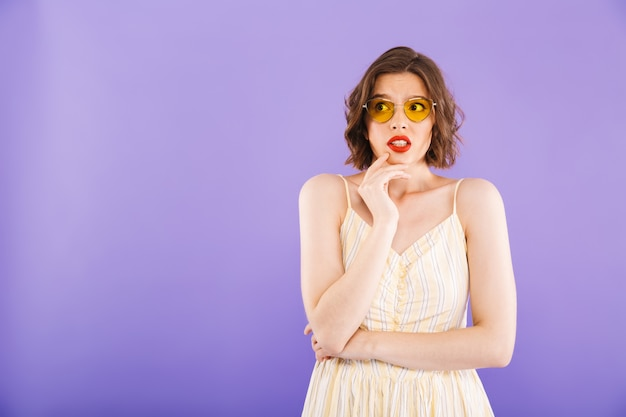Portrait d'une jeune femme confuse habillée en été