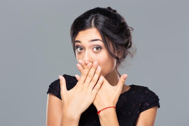 Portrait d'une jeune femme couvrant sa bouche