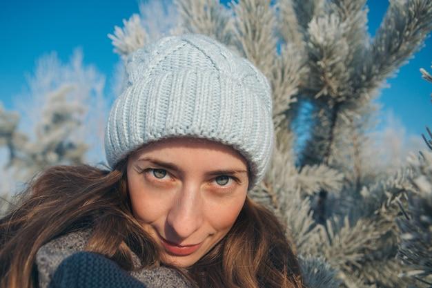 Portrait de jeune femme dans un chapeau sur la neige