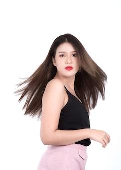 Portrait d'une jeune femme dans un haut
