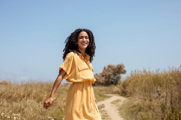 Portrait de jeune femme dans la nature