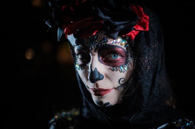 Portrait d'une jeune femme dans le style de la fête mexicaine jour des morts