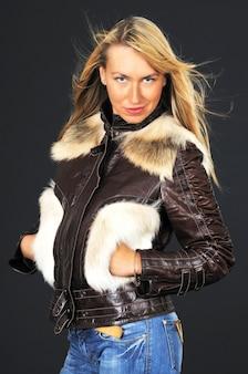 Portrait d'une jeune femme dans une veste en cuir