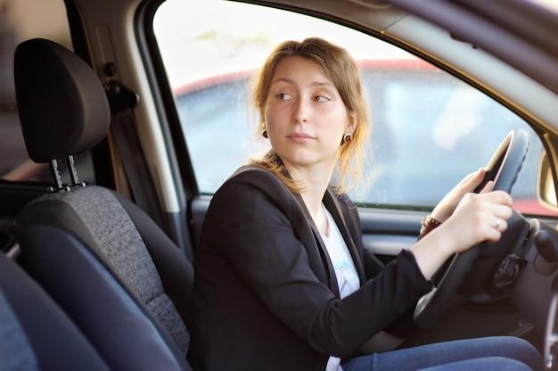 Portrait de jeune femme dans une voiture