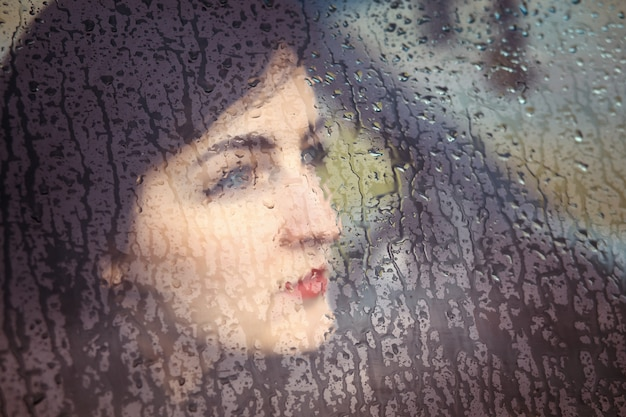 Portrait d'une jeune femme dans la voiture