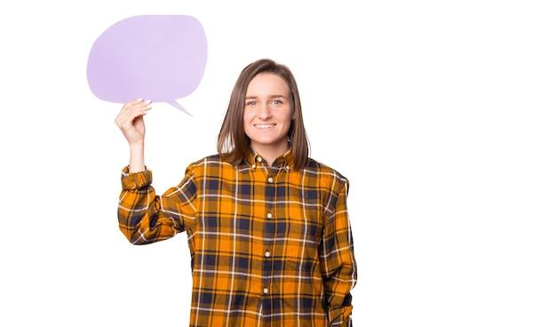 Portrait de jeune femme debout sur fond blanc isolé et tenant un discours de bulle