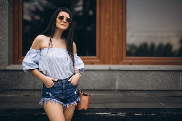 Portrait d'une jeune femme devant un centre de bureau