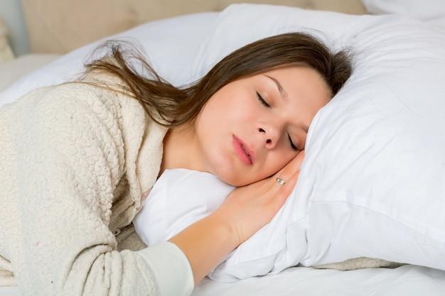 Portrait, jeune, femme, dormir, lit, maison