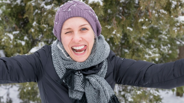 Portrait d'une jeune femme drôle taquinant