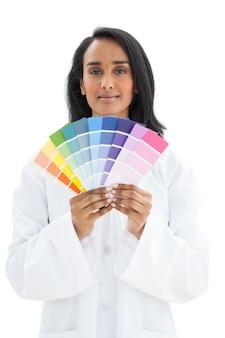 Portrait d'une jeune femme avec des échantillons de peinture