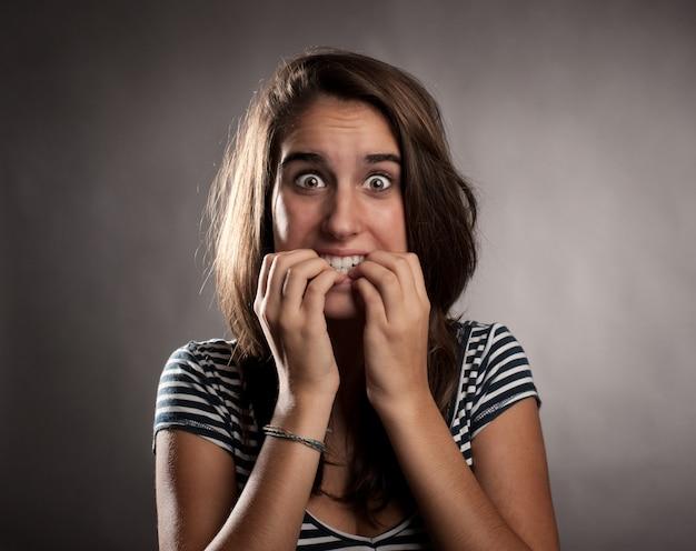Portrait de jeune femme effrayée