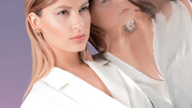Portrait d'une jeune femme élégante dans une veste blanche