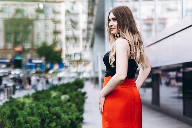 Portrait d'une jeune femme élégante dans la ville moderne