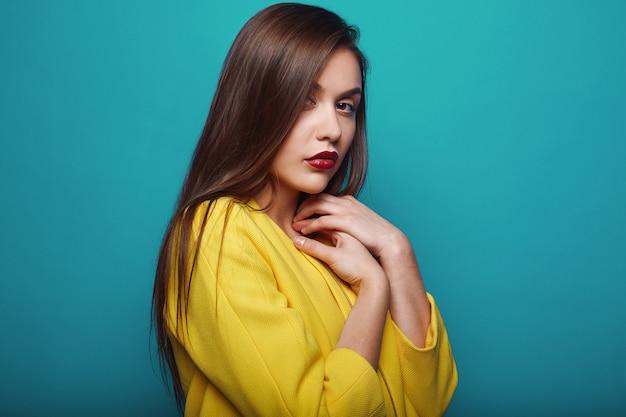 Portrait de jeune femme élégante et séduisante de mode glamour