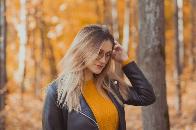 Portrait de jeune femme élégante urbaine marchant dans le parc de l'automne. saison de l'automne.