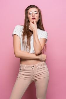 Portrait de la jeune femme avec des émotions réfléchies