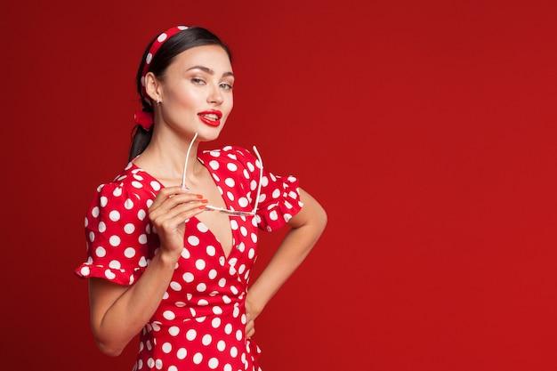 Portrait d'une jeune femme émotive drôle. style pin-up.