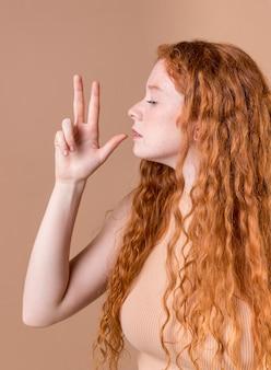 Portrait d'une jeune femme enseignant la langue des signes