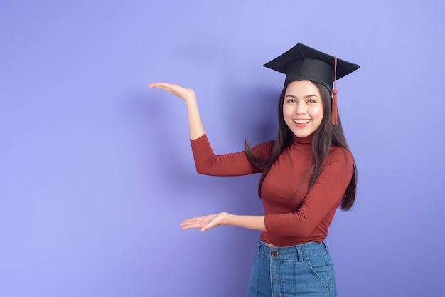 Portrait de jeune femme étudiante universitaire avec chapeau de graduation
