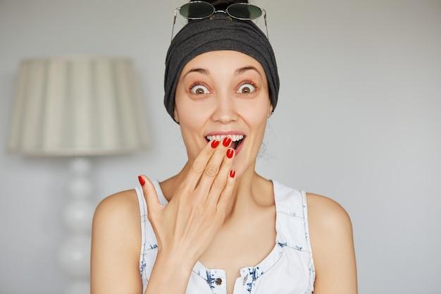 Portrait de jeune femme excitée disant oui à la proposition de son petit ami