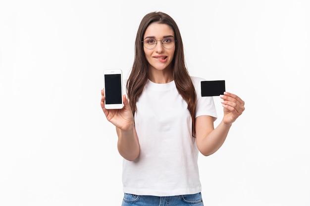 Portrait de jeune femme excitée et tentante aime faire du shopping