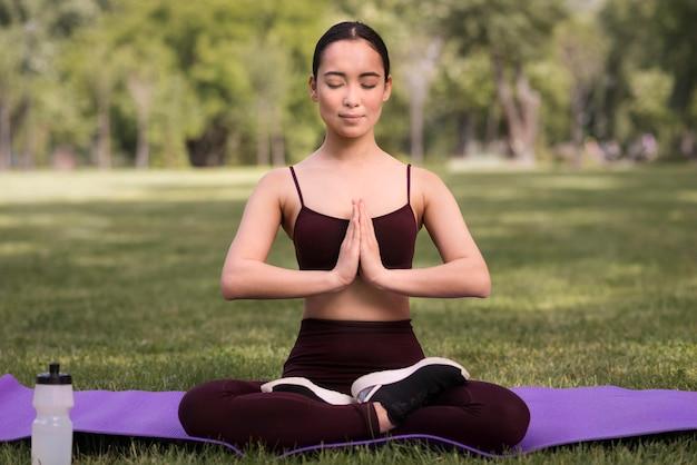 Portrait de jeune femme exerçant le yoga