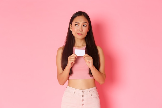 Portrait jeune femme expressive avec carte de crédit