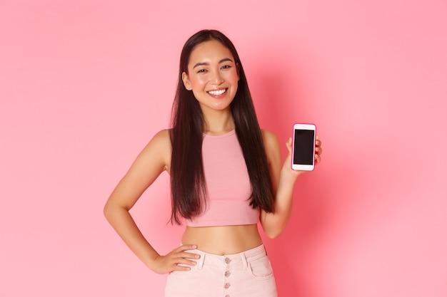 Portrait jeune femme expressive avec mobile