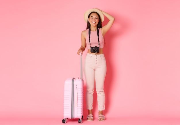 Portrait jeune femme expressive avec valise