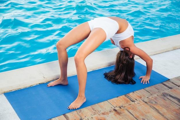 Portrait, de, a, jeune femme, faire, yoga, pont, pose, dehors