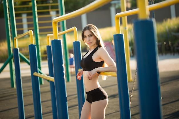 Portrait de jeune femme fitness au terrain de sport de rue