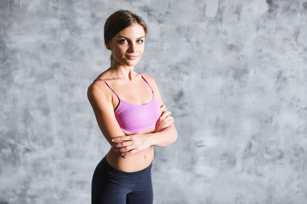 Portrait jeune femme fitness à l'intérieur.