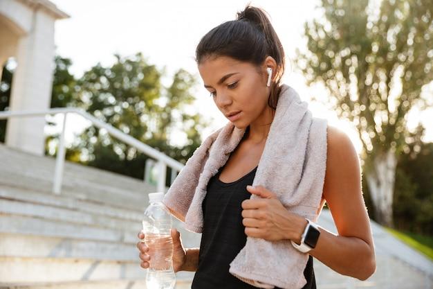 Portrait d'une jeune femme fitness avec serviette