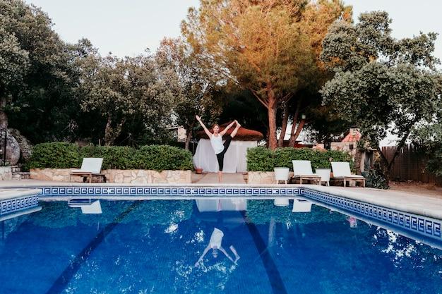 Portrait de jeune femme (fitness, yoga, corps en bonne santé) à la piscine