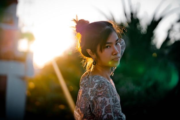Portrait de jeune femme avec flare de soleil dur